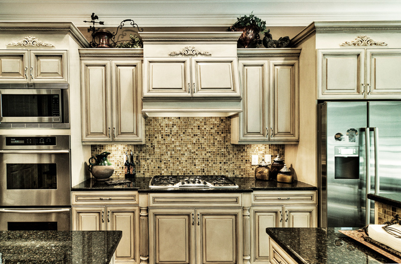 With a modern color mixture and furniture glazing technique this Franklin, TN customer's kitchen cabinets were given a new life.